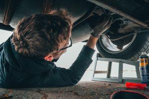 Sådan finder du  den rette mekaniker til undervognsbehandling